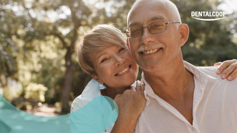 Coppia di signori anziani che sorridono